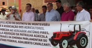 Prefeito Clebel Cordeiro junto com o deputado Federal Adalberto Cavalcanti faz entrega de trator e Ambulância no sítio Montevidéu em Salgueiro PE