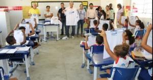 Prefeito Clebel Cordeiro Faz visita à Conceição das Crioulas e entrega Fardamento escolar.