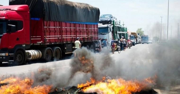 Greve dos caminhoneiros deixa o país à beira do colapso