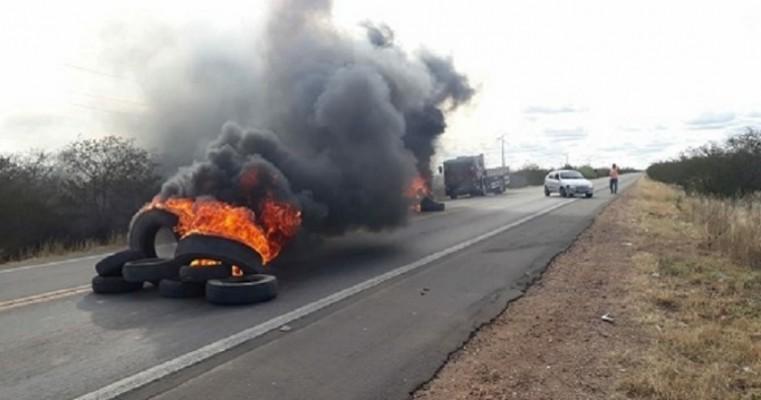 Caminhoneiros liberam algumas rodovias de Pernambuco, no Sertão ainda há bloqueios