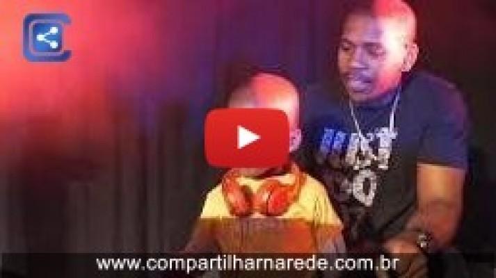Criança de três anos faz sucesso como DJ na África do Sul