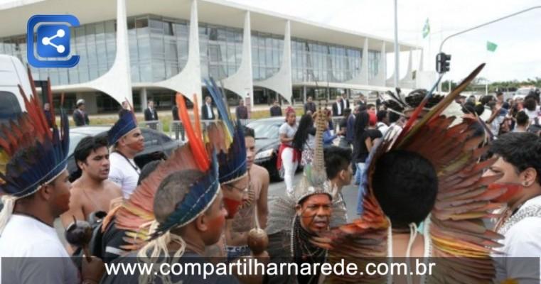 Índios e quilombolas protestam contra cortes do governo em bolsas universitárias