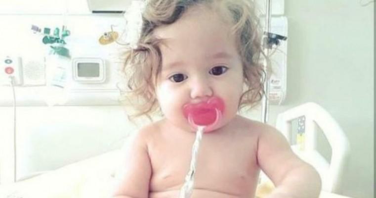 Mãe de criança com alergia alimentar pede ajuda para tratamento da filha