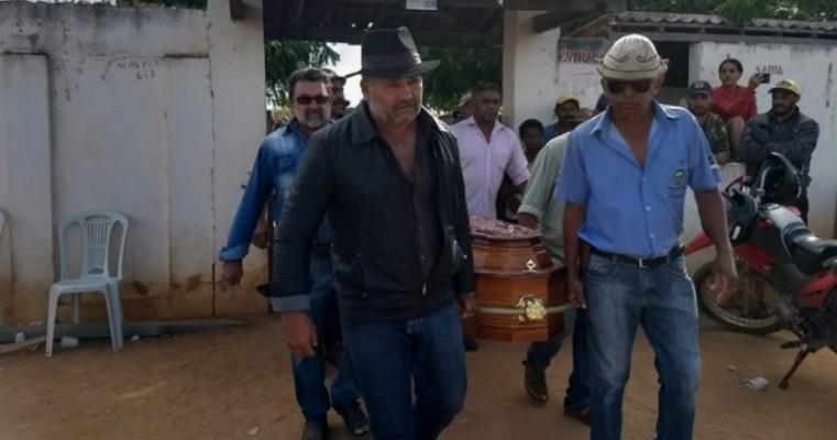 Choro e emoção no enterro de Antônio Galego em Floresta, PE