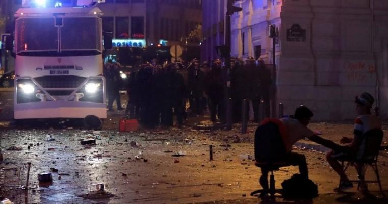Tumultos após vitória da França na Copa do Mundo deixaram mortos; quase 300 pessoas foram detidas
