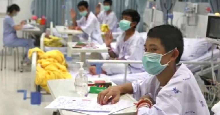 Garotos da caverna da Tailândia deixam hospital