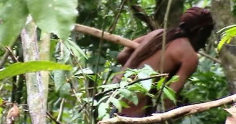 Funai divulga imagens de índio que vive isolado há 22 anos na Amazônia