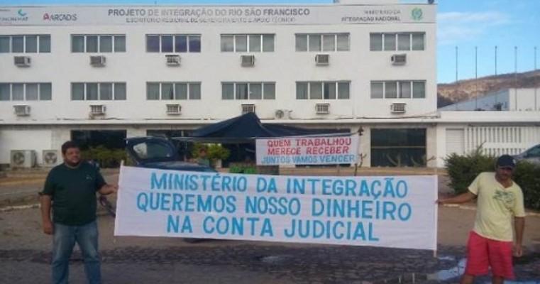 Ex-funcionários de construtora permanecem acampados em frente à sede do Ministério da Integração em Salgueiro-PE