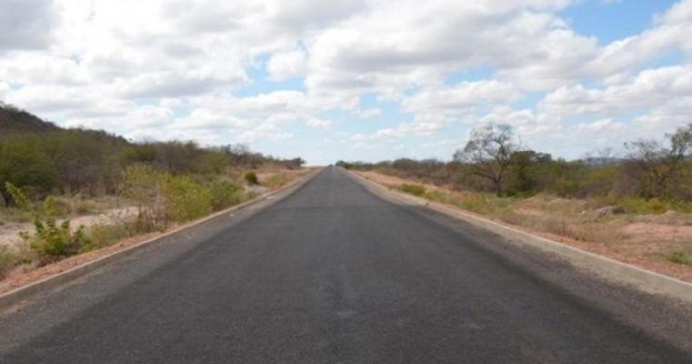 Avançam as obras de pavimentação da estrada que liga Carnaubeira da Penha a Floresta