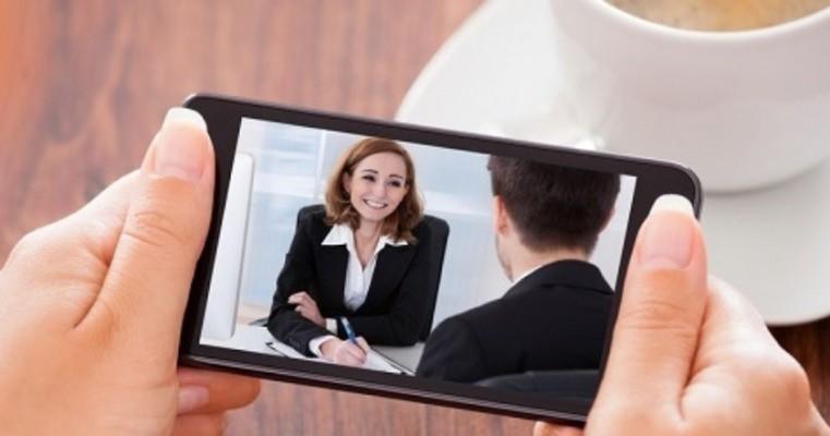 Empresas fazem entrevistas de emprego com candidatos diretamente pelo celular