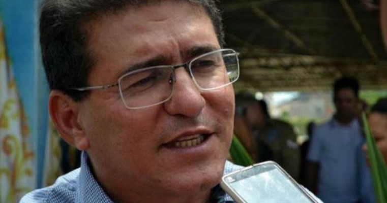 """Prefeito de Serra Talhada se revolta após pichação em prédio público tachá-lo de 'ladrão': """"Isso não vai ficar impune"""""""