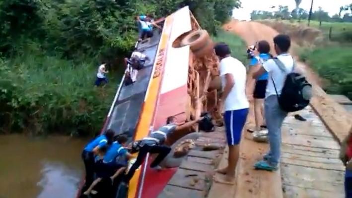 Ônibus escolar com 25 alunos cai em ponte na zona rural de Buritis, RO. ISTO É UM MILAGRE!