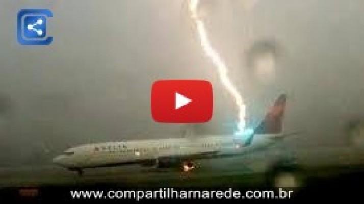Homem filma avião sendo atingido por um raio nos EUA
