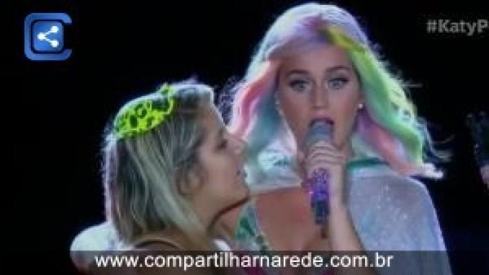 Katy Perry fecha Rock in Rio em clima de balada infantil e fã no palco