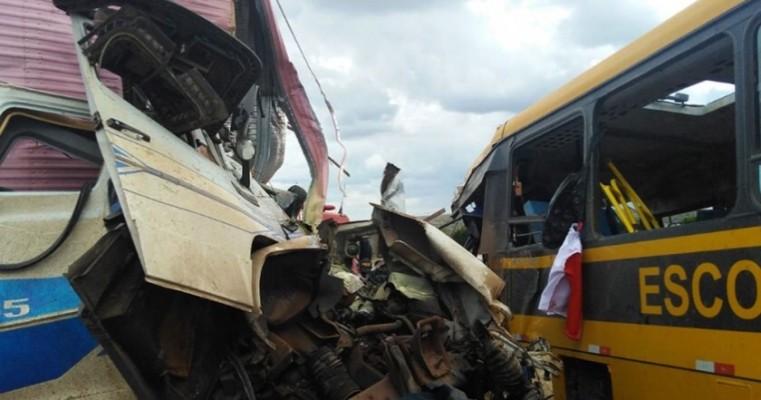 Batida entre carreta e ônibus escolar deixa 3 mortos na BR-116; coletivo seguia para concurso de fanfarras
