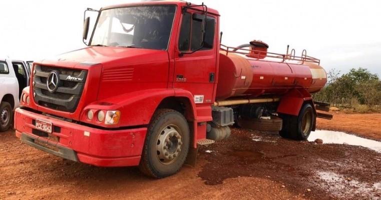Motorista de caminhão-pipa é flagrado roubando água da Adutora do Oeste, em Parnamirim, PE