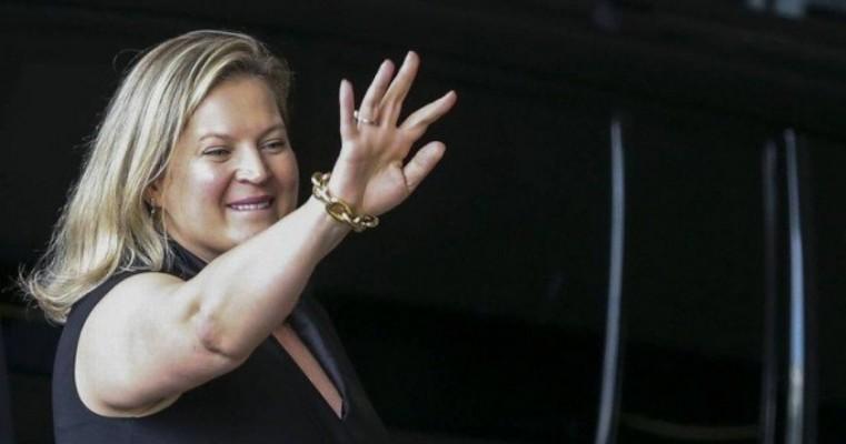 Joice diz que Eduardo Bolsonaro a chamou de louca pelo fato dela ser mulher, mas que não liga