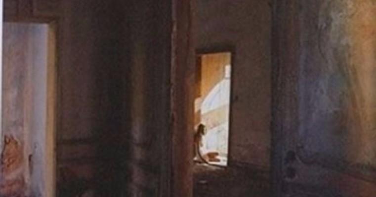 Artista conta história de Beirute com fotos de casas vazias