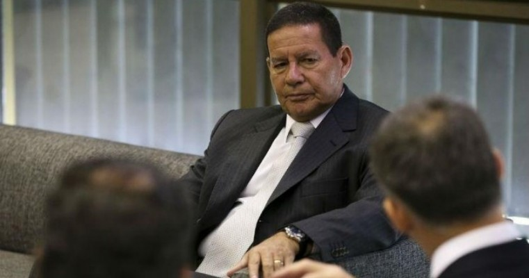 Brasil não vai participar de intervenção na Venezuela, diz Mourão