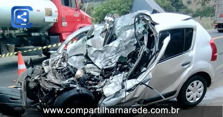 Acidente em Salvador deixa 2 mortos e carro destruído