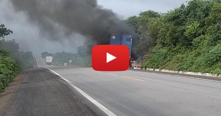 Blog flagra reboque de caminhão em chamas entre Salgueiro-PE e Penaforte-CE
