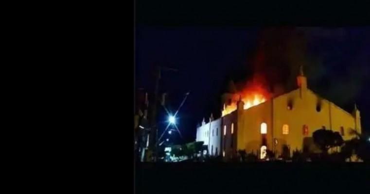 Incêndio na igreja católica de Monte Santo BA