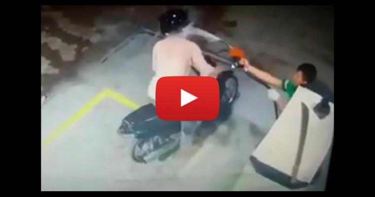 Vídeo - Frentista reage a assalto e dispara jatos de gasolina em suspeito