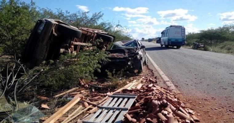 Casa Nova BA — Grave Acidente na BR 235 Envolvendo um Veículo de Passeio e uma Caminhonete