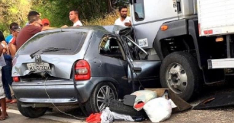 Grave acidente deixa mãe e filhos mortos na BR-232 em Bom Nome