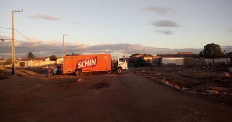 Petrolina PE — Caminhão da Schin Cai Dentro de Canal No Bairro Pedro Raimundo