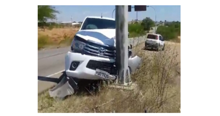 Motorista Perde Controle de Veículo e Colide Em Poste Na PE-360 em Floresta-PE