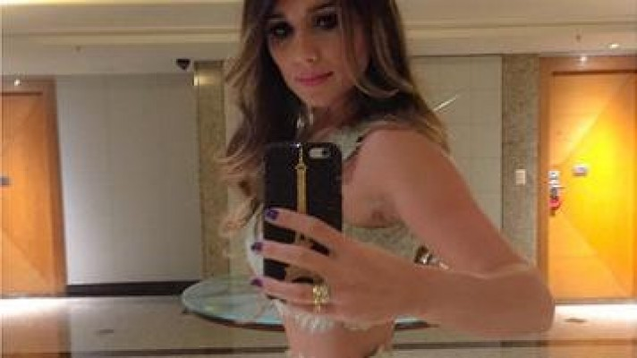 Após biquíni-petisco, Paula Fernandes exibe barriga-palito