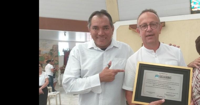 "Francês, ""Rey Simon"", recebe título de cidadão Salgueirense do Vereador Profº Hercílio"