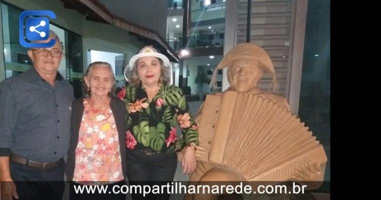 Casal empreendedor inaugura estátua de Luiz Gonzaga em pousada em Salgueiro