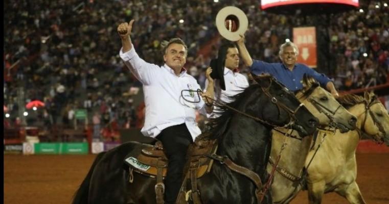 'Estou com vocês', diz Bolsonaro para organizadores e público de rodeio