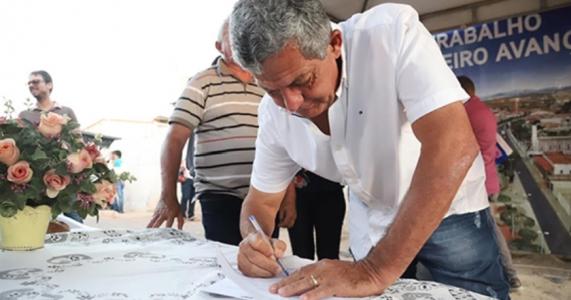 Ordem de Serviço para Pavimentação da Rua Alfredo Soares, no bairro do Divino, é assinada na tarde desta quinta-feira (19)