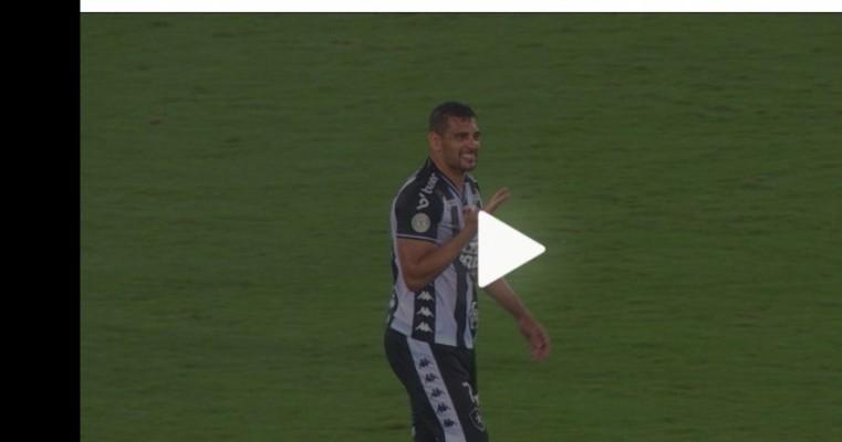 Sem risadinha: Diego Souza iguala marca, mas evita entrevistas após acidente em vitória do Botafogo