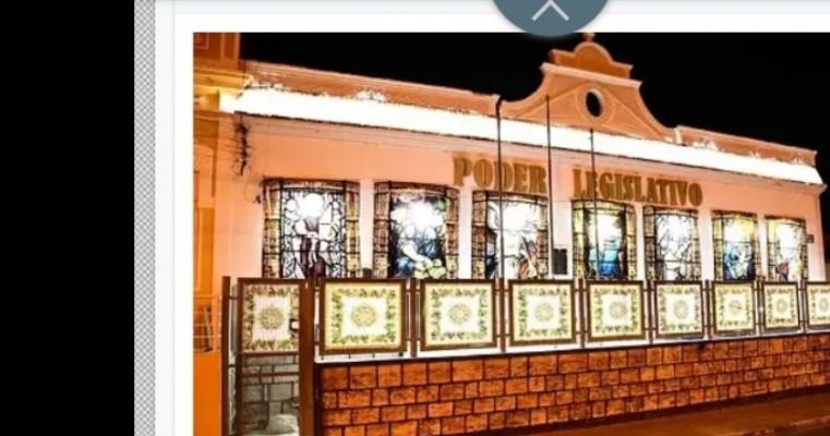 Prédio da Câmara de Vereadores de Salgueiro ganha iluminação para o Natal e Ano Novo