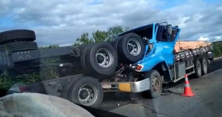 Salgueiro-PE Acidente envolvendo 3 caminhões na BR-116, nas proximidades da Serra do Boi Morto