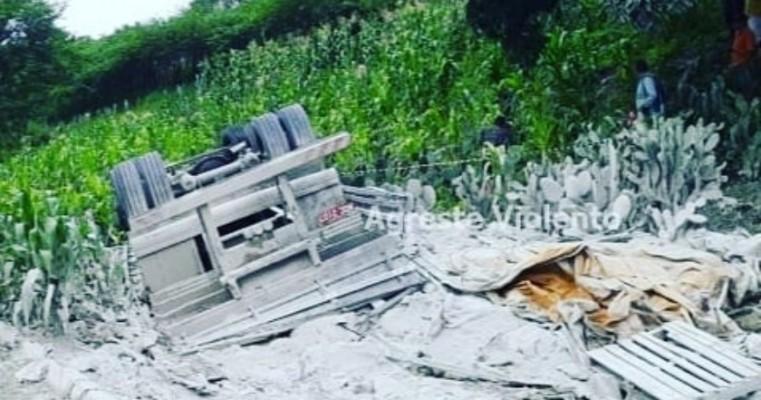 Garanhuns-PE caminhão carregado de de cimento tomba e mata motorista