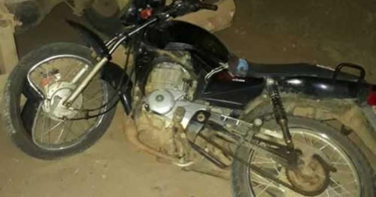 Motociclista morre ao colidir em caçamba no distrito de Umãs