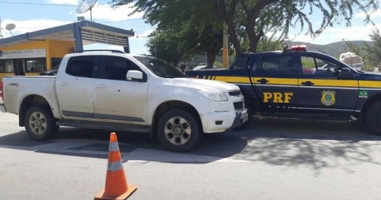 Homens são detidos com caminhonete de luxo roubada após atirarem na polícia em Sertânia