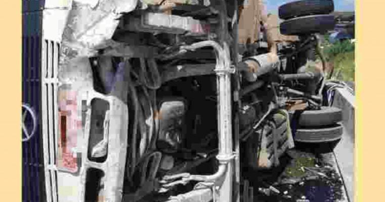 Caminhão tomba e deixa dois feridos na BR-232