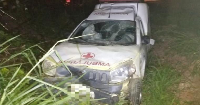 Acidente entre ambulância, caminhonete e dois carros deixa dois feridos na BR-101