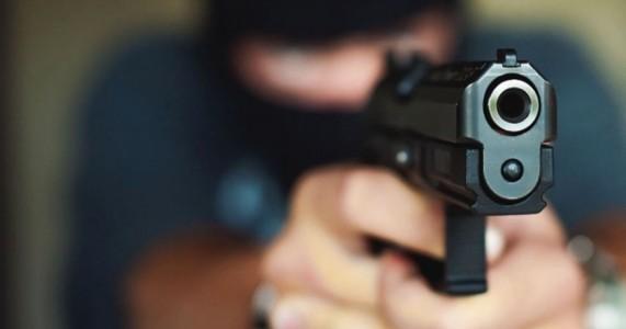 Verdejante: Bandidos encapuzados invadem casa de vereador e fazem família de refém durante assalto