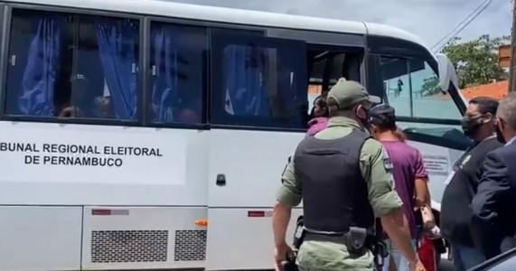 Mesária e ao menos 46 eleitores são detidos em dia de votação no Grande Recife