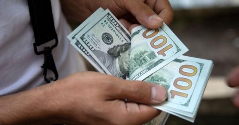 Dólar cai para R$ 5,06, mas zera queda e fecha estável