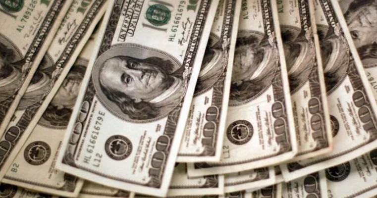 Dólar inicia ano em forte alta e fecha a R$ 5,26