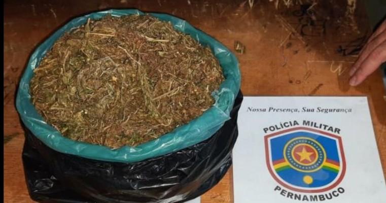 Serra Talhada: Homem é preso com 1kg de maconha ao tentar empreender fuga da policia