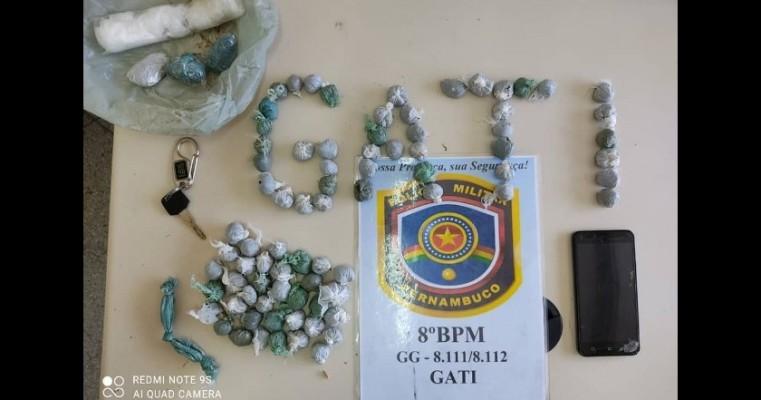 Policiais militares prendem homens por trafico de drogas nas imediações do Presídio de Salgueiro